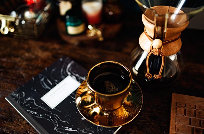 Sarayda olduğu gibi halk arasında da kahve hep sade pişirilir, tatlandırmak için yanında lokum ve reçellerle ikram edilirdi. İlk önce lokum ağza atılır, sonrasında kahve yudumlanırdı. Yedi çeşit reçel sunumu âdettendi...