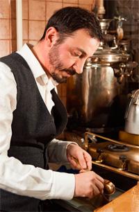 Can Özmen, Türk kahvesini pirinç cezvede pişiriyor.