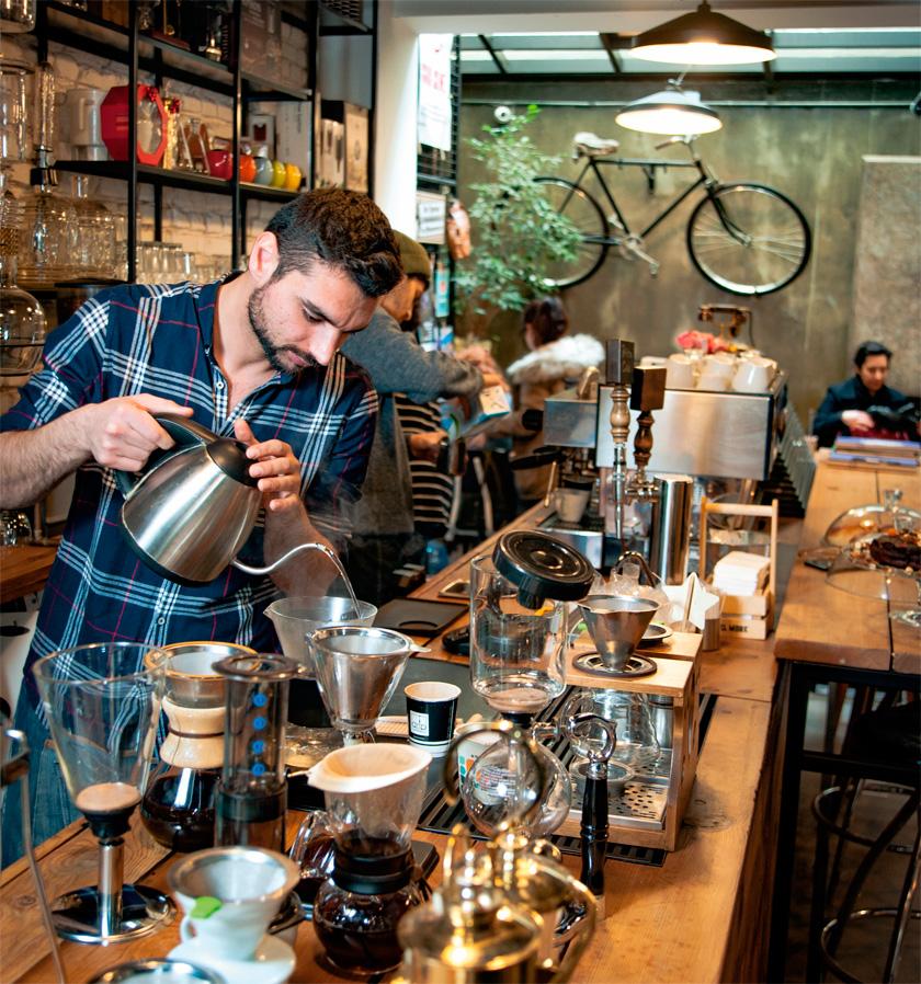 Drip Coffeeist'te Güney Afrika ve Güney Amerika'dan gelen kahve çekirdekleri haftalık olarak kavruluyor.