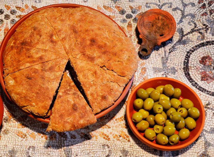 Ekmeği M.Ö. 1800'lü yıllarda Mısırlı bir fırıncının tesadüfen bulduğuna inanılıyor.